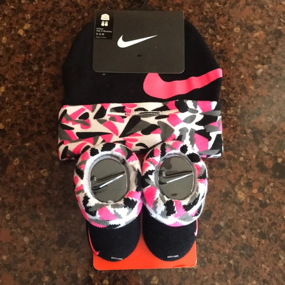 Baby Girls Nike Set hat booties 0-6 Months NIP 5033a7b85ac